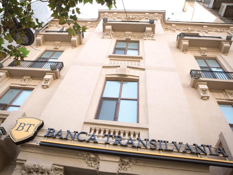 Paradox: cu conturile pline de lichidități, băncile continuă să scumpească creditele