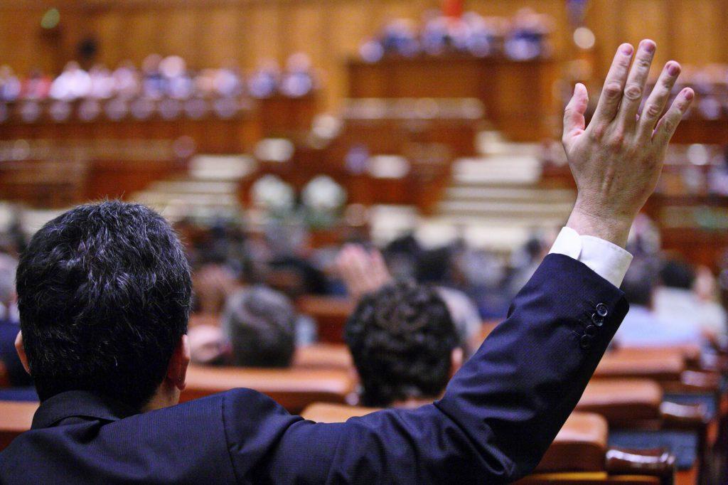 Demnitarii cu probleme în justiție răsuflă ușurați. Proiectul de modificare a Codului de procedură penală a fost adoptat de Camera Deputaţilor