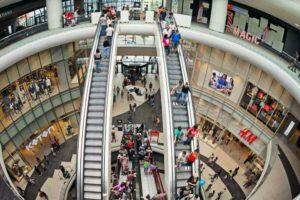 Patru din zece produse sunt mai scumpe în magazinele clasice decât în cele online