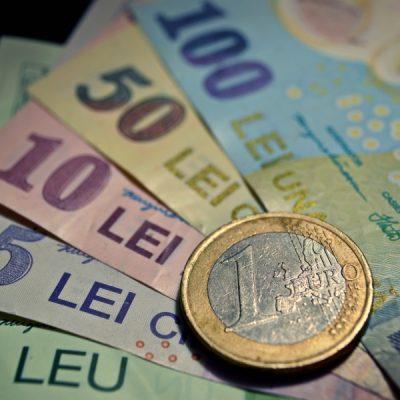 Analiştii financiari estimează că euro va ajunge la aproape 4,8 lei până la sfârșitul anului