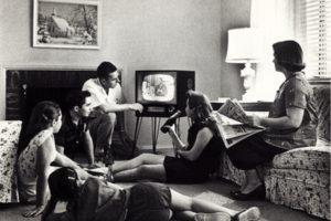 Românii petrec circa 42 de ore pe săptămână urmărind activ conținut TV sau video