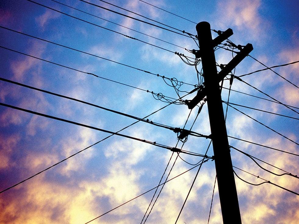 România liberă: Avarie majoră în sistemul energetic. Cum a fost posibil ca sute de stâlpi de electricitate să cadă precum popicele