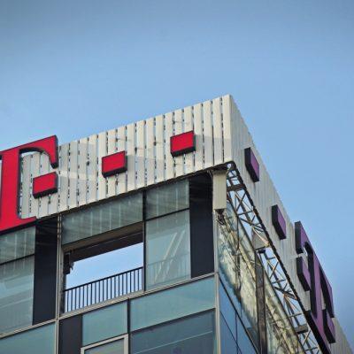 Telekom concediază aproape 700 de angajați