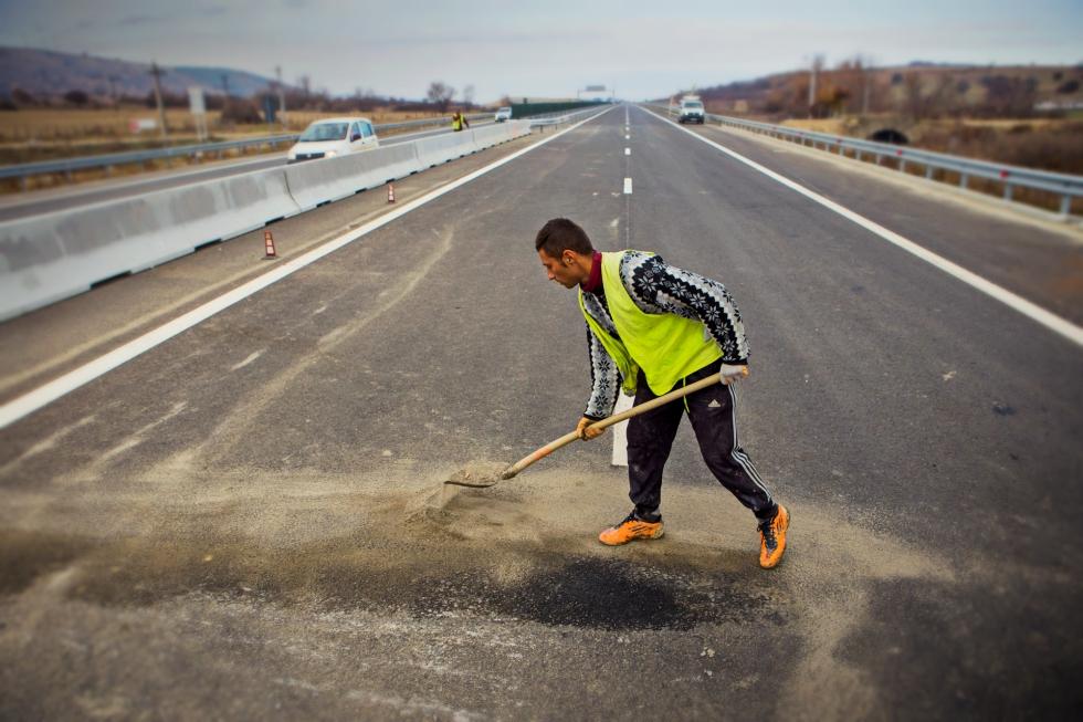 Rușinea infrastructurii: sub 1% din șoselele României sunt autostrăzi și încă avem drumuri naționale de pământ