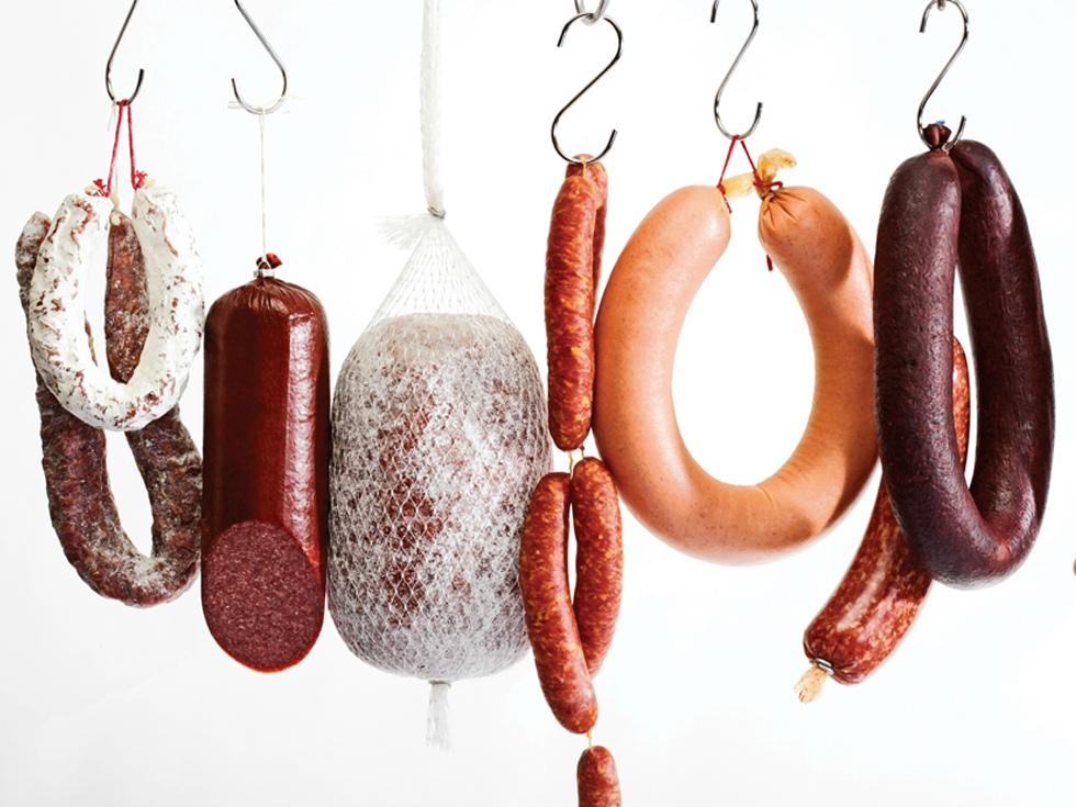 Smithfield, cel mai mare procesator de carne de porc din lume, achiziționează doi producători români de mezeluri