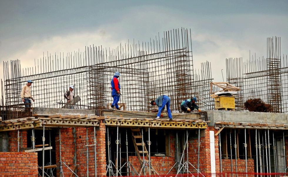 Construcțiile au scăzut cu peste 7% în primul semestru. Rezidențialul crește accelerat, dar infrastructura trage piața în jos