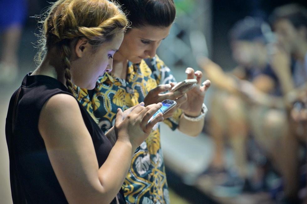 Abonamentele de telefonie mobilă depășesc pentru prima dată numărul de cartele preplătite active