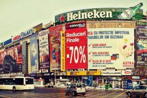 """""""Executăm fotografi"""": o antologie a umorului involuntar din anunțurile și reclamele românești"""