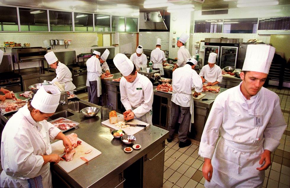 Cine te va mai servi la masă? Hotelurile și restaurantele trec printr-o criză acută de ospătari și bucătari
