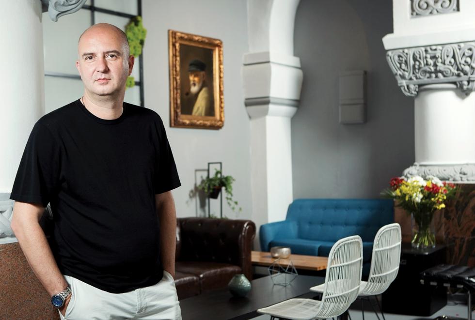 Un absolvent de design din București face 2 milioane de euro pe an din cafea vândută cu 5 lei paharul