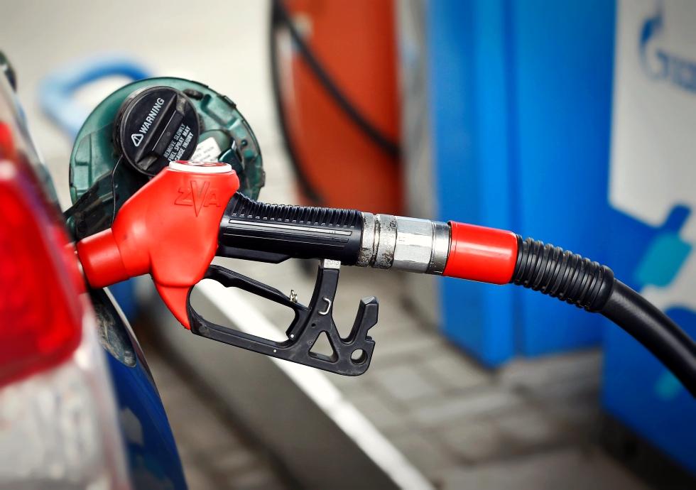 Benzina și motorina se scumpesc. Isărescu avertizează: Acest lucru va împinge inflația în sus