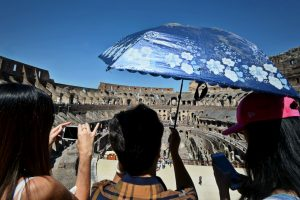 Opinie Radu Paraschivescu: Foamea de trofee, un obicei ridicol al turiștilor din toată lumea