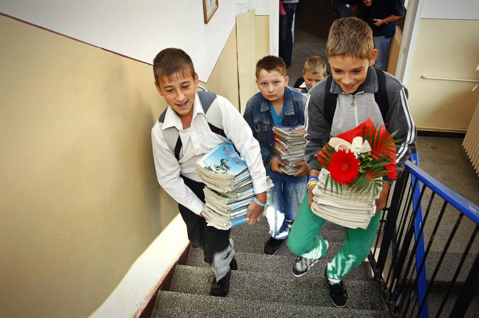 Miza de zeci de milioane de euro din spatele scandalului manualelor școlare