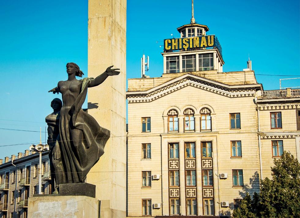 """De ce se avântă Banca Transilvania să cumpere 39% dintr-o bancă importantă din țara """"miliardului dispărut"""""""