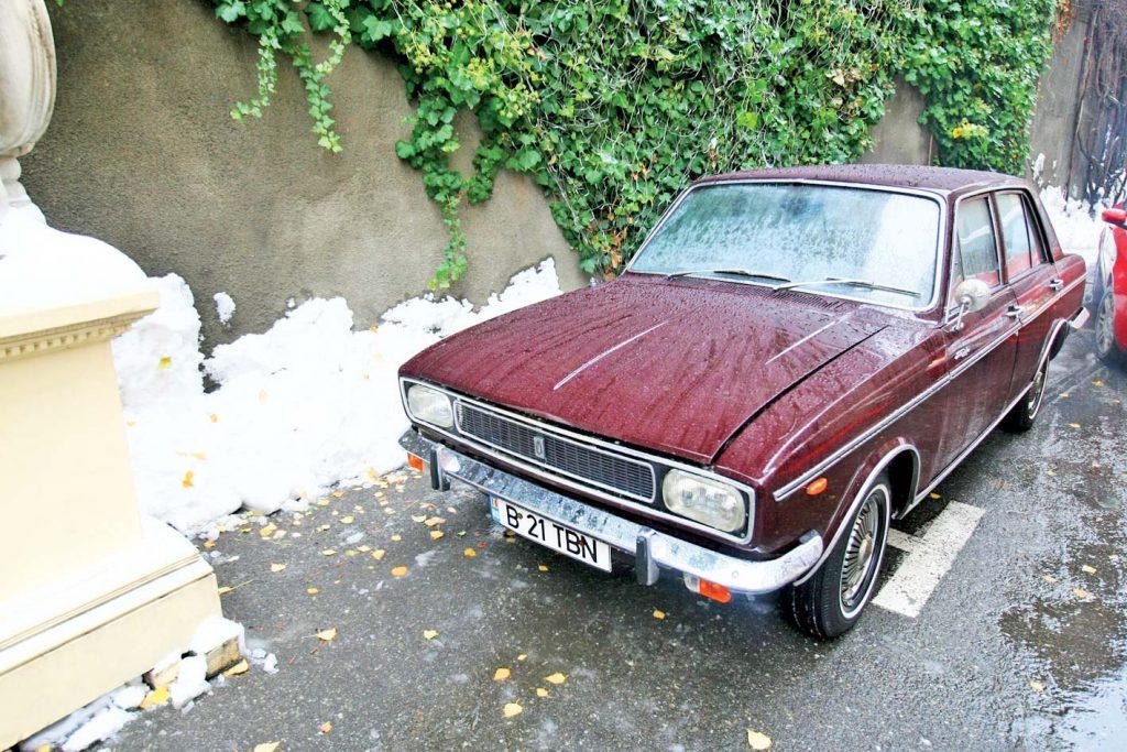 VIDEO Una dintre cele mai rare mașini din lume, care i-a aparținut lui Ceaușescu, acoperită de frunze și gunoaie în Capitală