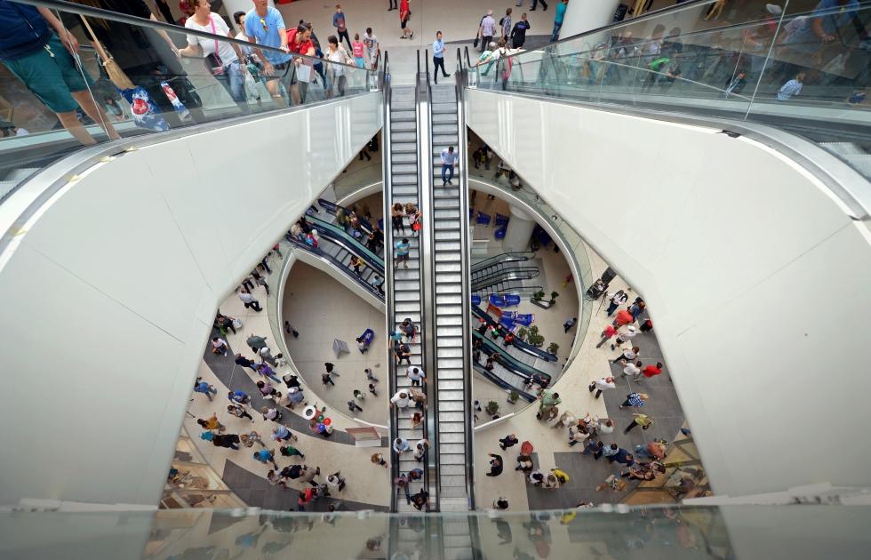 Radu Paraschivescu: Mallul e răzbunarea consumistă a celor care pot avea totul, după ce părinţii lor n-au avut nimic