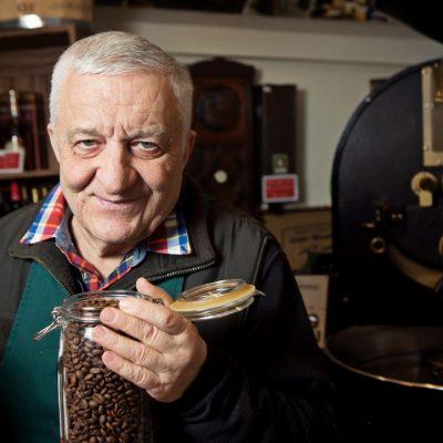Povestea celui mai cunoscut cafegiu din București. Toma Caragiu, Amza Pellea și Nichita Stănescu au băut cafea de la el
