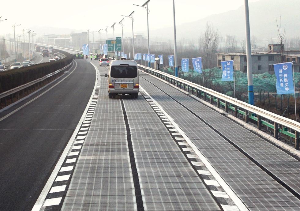 VIDEO China construiește o autostradă care poate încărca wireless mașinile electrice