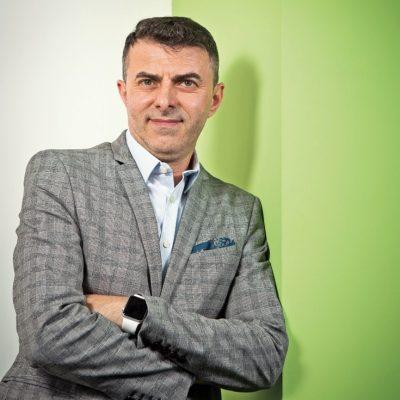 Povestea românului care a transformat o durere de spate într-o idee de business