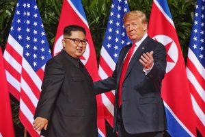 """VIDEO Cum a decurs întâlnirea istorică dintre Donald Trump și Kim Jong-un. Cei doi au semnat un document """"cuprinzător"""""""