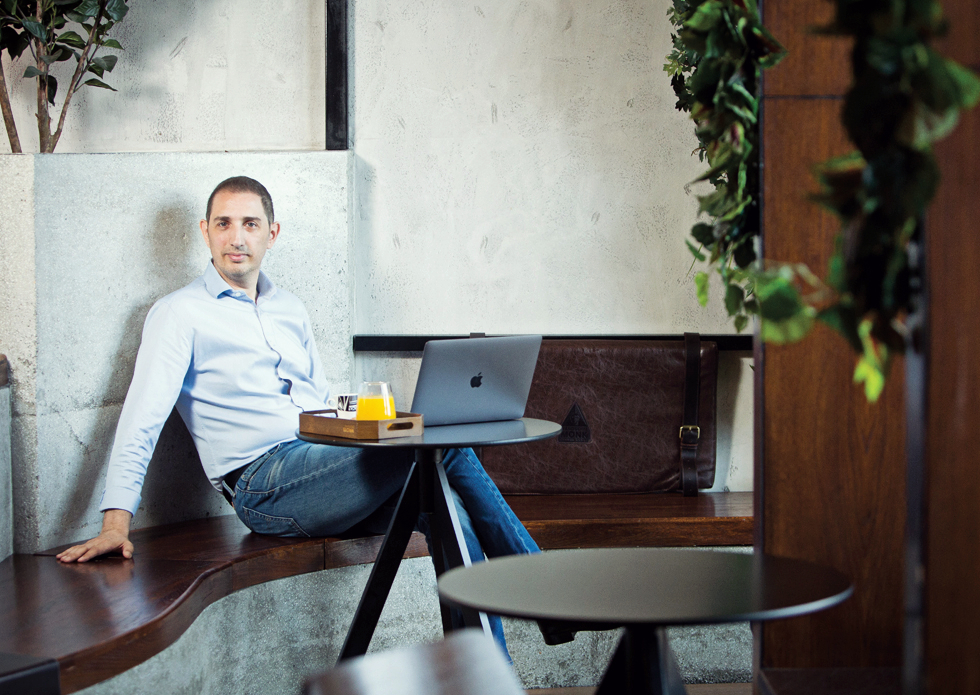 Alternativa românească la Starbucks: cine este românul care mizează pe venituri de jumătate de milion de euro cu o singură cafenea