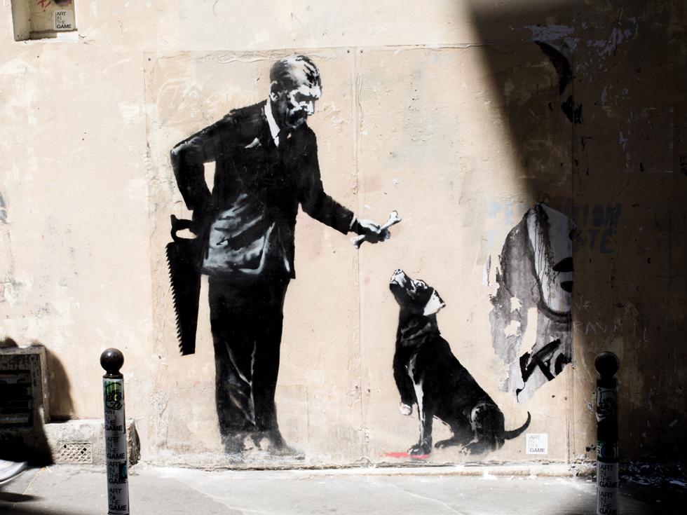 Dacă ajungi la Paris, vizitează aceste locuri în care și-a lăsat amprenta cel mai faimos artist necunoscut al momentului