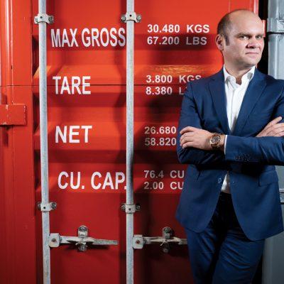 Cum reușește un antreprenor român să transporte mărfuri de zeci de milioane de euro fără a avea vreun vapor, avion sau camion