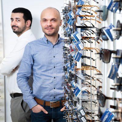 Cât au ajuns să câștige doi antreprenori din vânzarea de ochelari și lentile de contact