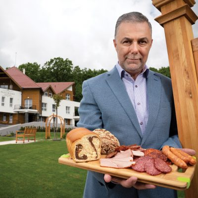 Rețeta tradițională a unui antreprenor secui din Covasna: producție de mezeluri, magazine, restaurante și pensiuni