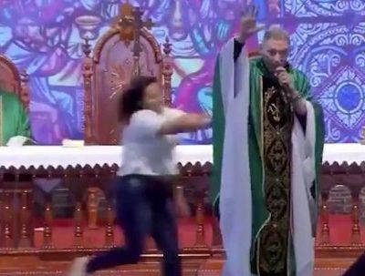 VIDEO Preot, împins de pe scenă de o enoriașă pentru că a spus că