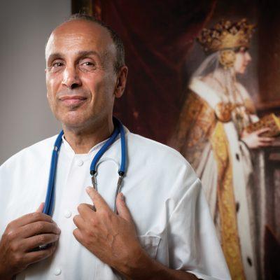 Orașul doctorului Enayati: Unul dintre pionierii industriei medicale private riscă totul pentru un nou proiect