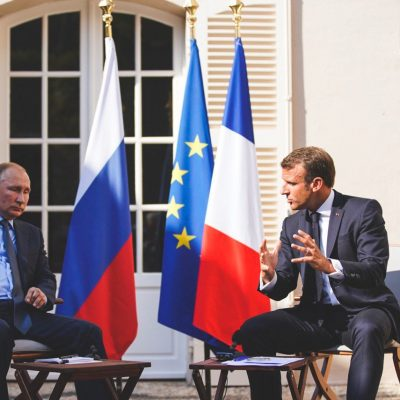 Întâlnire cordială între Putin şi Macron, care vrea să apropie Rusia de Europa
