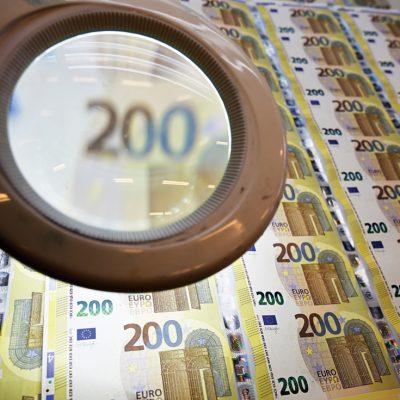 ANALIZĂ: Banca Centrală Europeană repornește tiparnița de bani. Cum este afectată România
