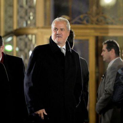 Klaus Iohannis  anunță că retrage decorațiile persoanelor cu condamnări penale, inclusiv lui Adrian Năstase