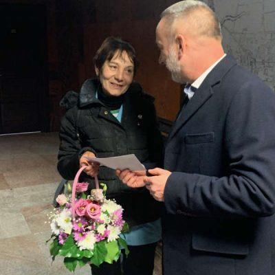 O angajată a unei toalete publice, premiată de autorităţile din Alba Iulia