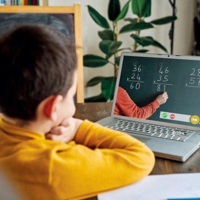 Reformă fără precedent în Educaţie. Predarea online va continua şi în 2022, prin contract de şcolarizare