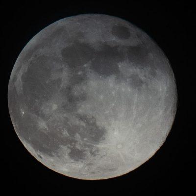 VIDEO. NASA, anunţ istoric: S-a descoperit prezenţa apei pe faţa vizibilă a Lunii