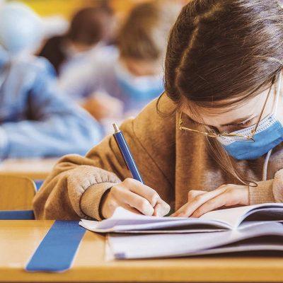 500 de clase au trecut la cursuri online. Unii elevi, obligaţi să vină la şcoală chiar și în scenariul roșu