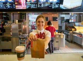 La cat ajunge salariul unui angajat dintr-un restaurant McDonald`s din Romania