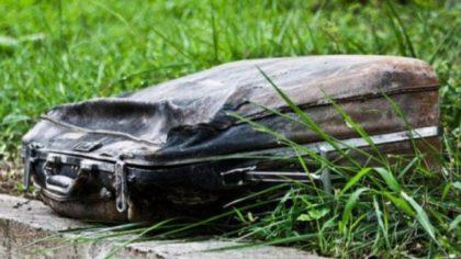 A văzut un geamantan vechi aruncat în iarbă! Prima dată a trecut pe lângă el, dar apoi a auzit sunete ciudate din interiorul lui. Când a văzut ce era acolo a început să plângă!