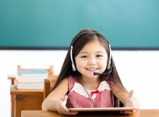 Școala și grădinița din online: Până în trei ani, copiii NU trebuie expuși la ecrane, iar cei mai mari doar cu utilitate